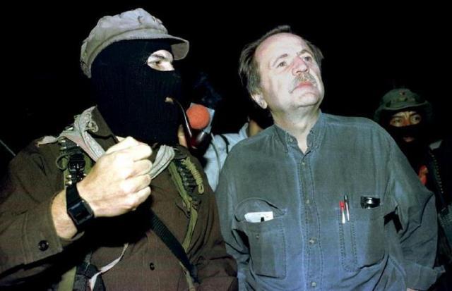 メキシコのサパティスタ民族解放軍の幹部と話すレジス・ドブレ氏=1996年4月15日、ロイター