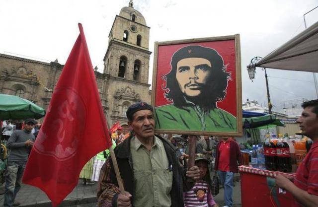 ボリビアのラパスでゲバラの絵を掲げる男性=ロイター