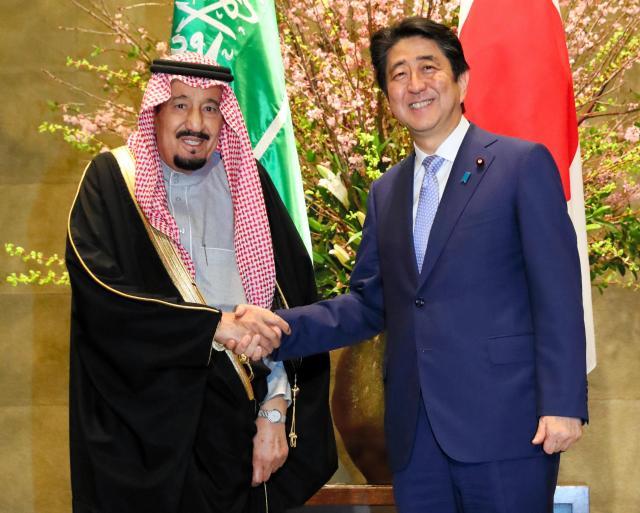 今春来日し、首相官邸を訪れたサルマン・サウジアラビア国王(左)と握手する安倍晋三首相=3月13日夕、岩下毅撮影