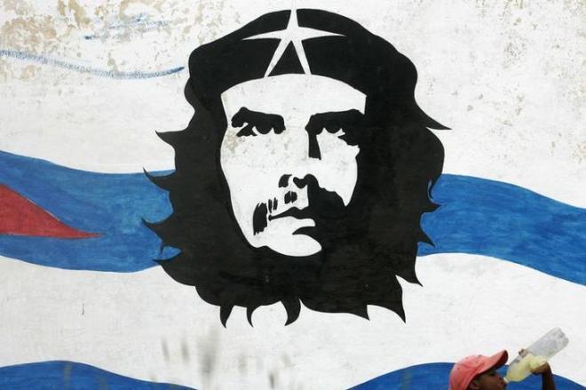 ハバナ郊外の壁に描かれたゲバラの肖像=ロイター