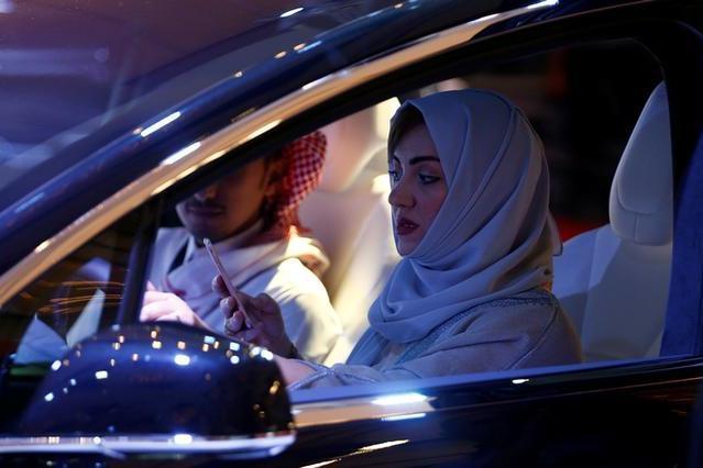 女性の運転解禁に関する勅令の発表後、ショールームを訪れ車の試乗をするサウジの女性=2017年10月5日、リヤド