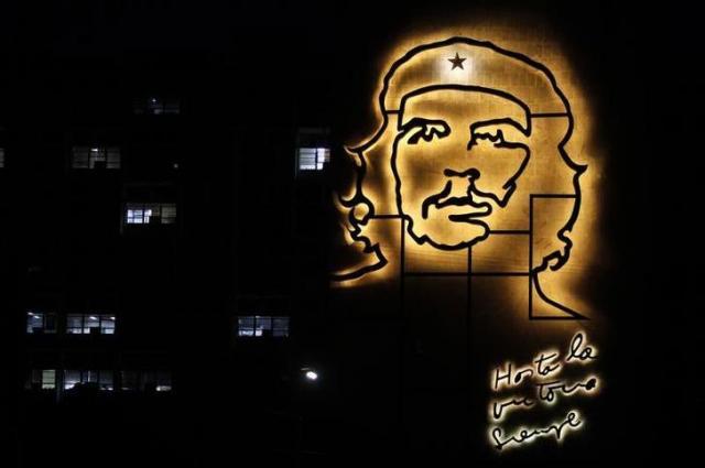 キューバ革命の英雄チェ・ゲバラの顔が壁に描かれたキューバの内務省のビル=ロイター