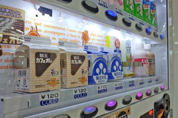JR秋葉原駅の総武線ホームにある自販機。各地の牛乳や乳飲料が並んでいる