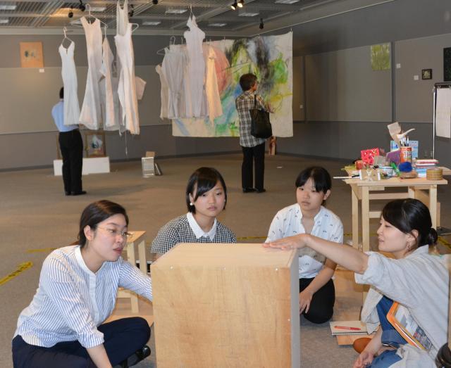 ギャラリーで公開制作に取り組む女子美術大学の院生たち=座間市緑ケ丘、2016年9月