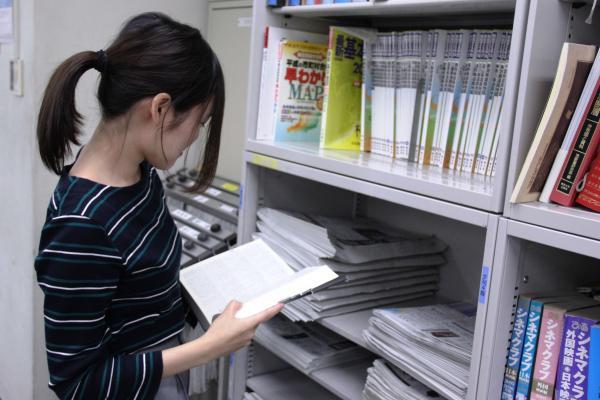 辞書や事典、地図などは棚にびっしり。ネットより早く調べられることもあります