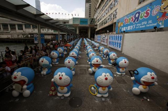香港のトイザラスで展示されたドラえもんの人形=ロイター