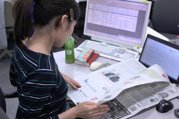 印刷に回ったら、あっという間に新聞に。出来栄えを確認します
