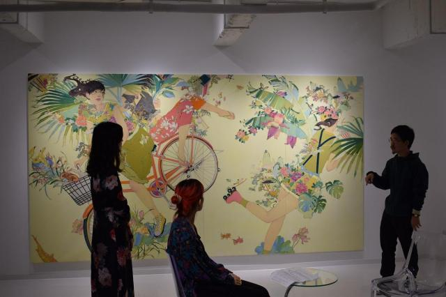 李さんが勤めるギャラリーで開かれた日中両国のアーティストたちの展覧会トーク