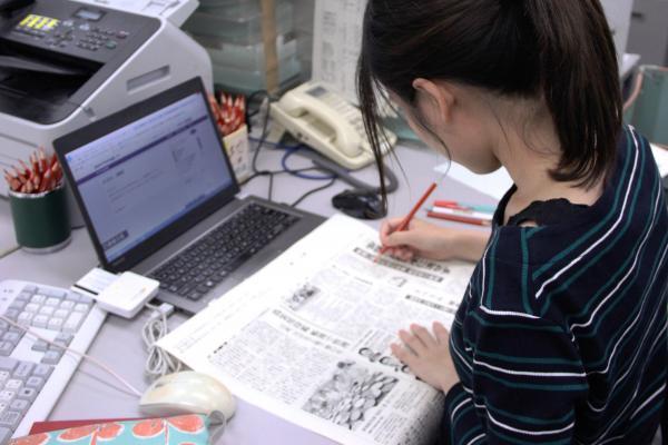 紙面のゲラをチェック。ドラマと一緒で赤鉛筆は校閲を象徴するアイテムです