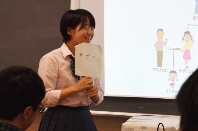 サザエさん役になりきって家族を説得する=東京都立青山高校