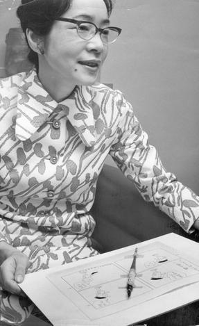 横山隆一氏から贈られた「フクちゃん」のペン(書き納めのペン)とマンガを手にする長谷川町子さん=1971年5月27日