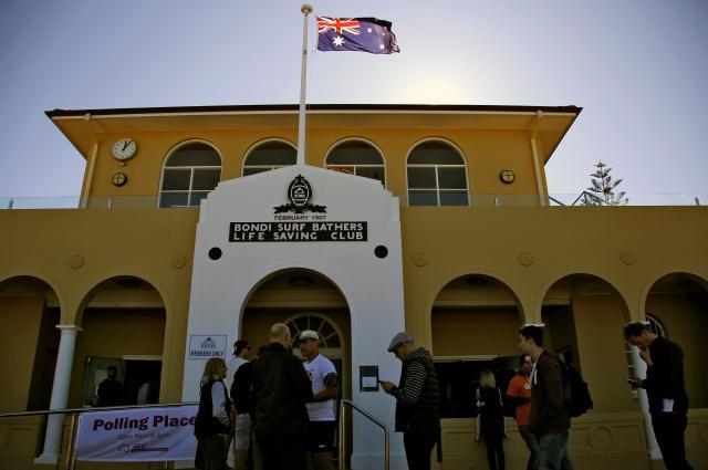 オーストラリア・シドニーの投票所で、1票を投じようと列をつくる人たち=2016年7月2日