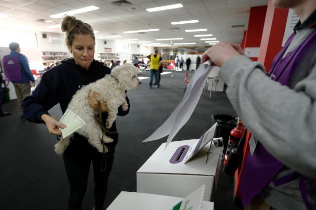 オーストラリアのメルボルンにある投票所で、1票を投じる女性=2016年7月2日