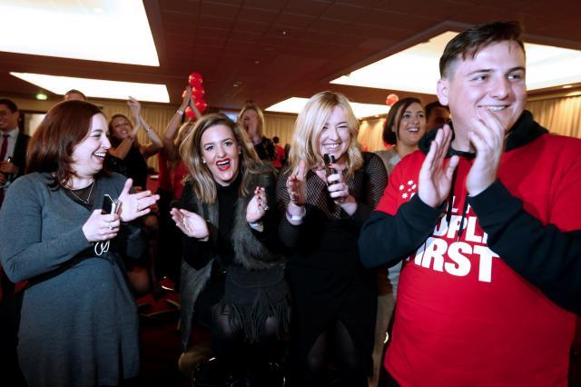 オーストラリアのメルボルンで総選挙の開票速報を聴き、喜ぶ野党・労働党の支持者たち=2016年7月2日