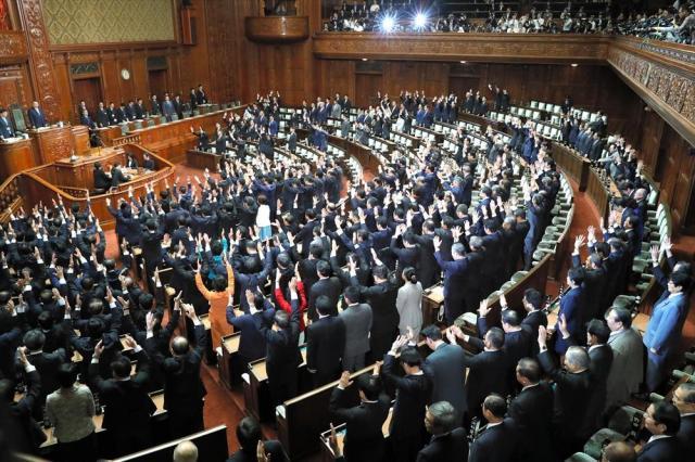 衆議院が解散され、国会で万歳する議員たち=2017年9月28日、岩下毅撮影
