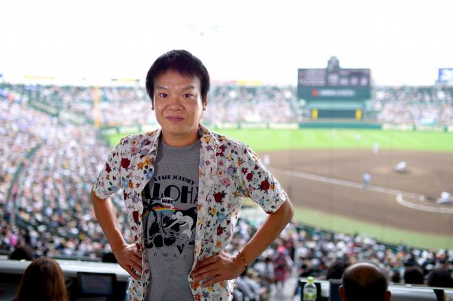阪神甲子園球場でポーズをとる星田英利さん=2012年8月11日