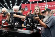 2016年にあった全米ライフル協会(NRA)の年次総会で、銃を手にする人たち=2016年5月、ケンタッキー州