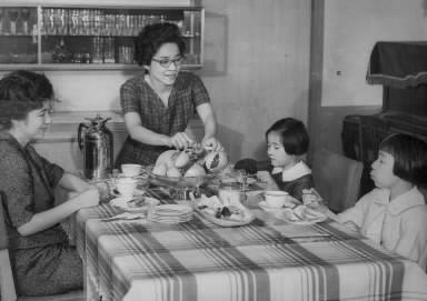 家族と午後のおやつをとる長谷川町子さん(正面)=1963年5月21日、東京・世田谷区桜新町の自宅で