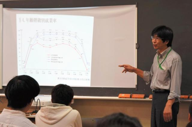 男女の就業率の差について説明する本杉宏志先生=東京都立青山高校