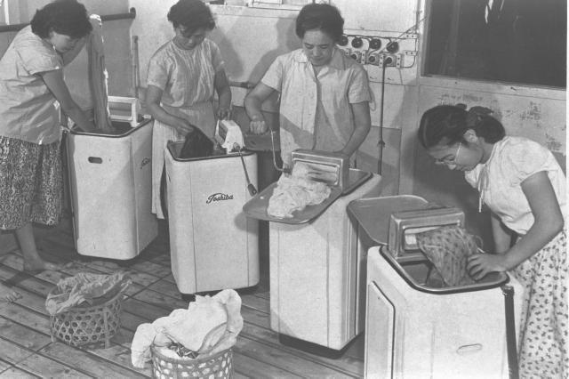 繁盛する文化洗濯場。当時、電気洗濯機の使用料は10分15円。30分30円、1時間50円だった=1955年7月21日