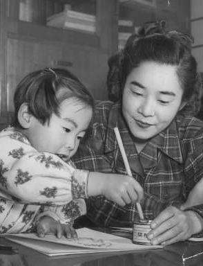 長谷川町子さん(右)とワカメのモデル日下部ムツミちん(5歳)