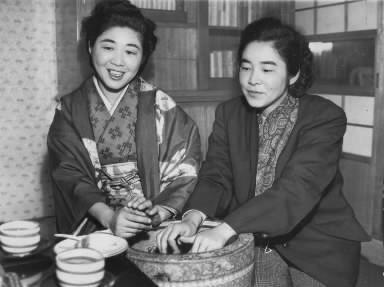 長谷川町子さん(右)と姉のマリ子さん