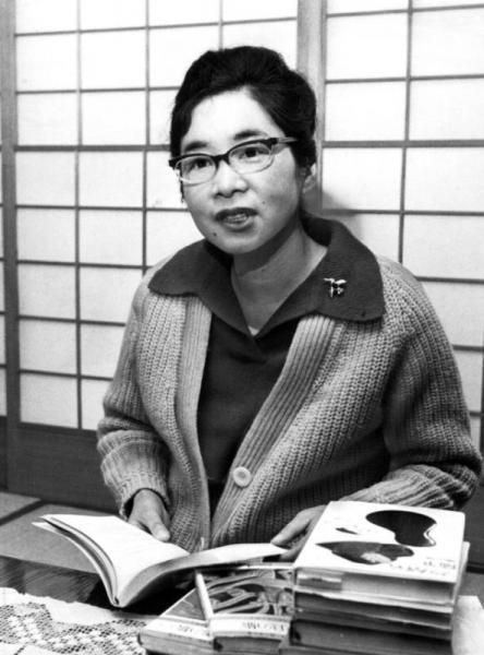 前年に胃を手術した。復帰にあたって取材を受けた長谷川町子さん。48歳だった=1968年2月、東京都世田谷区で