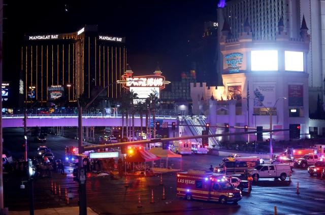 銃乱射事件直後のラスベガスの街並み。奥にある建物は、容疑者が銃を撃ったカジノホテル「マンダレイ・ベイ・リゾート・アンド・カジノ」=2017年10月1日、アメリカ・ネバダ州