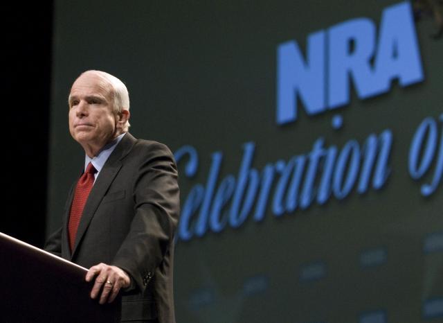 2008年のNRA大会で、演説するマケイン上院議員。この時は大統領選の候補者だった=2008年5月、アメリカ・ケンタッキー州