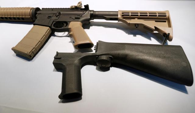 半自動小銃を改造して、全自動で連射させることができる「バンプストック」と呼ばれる装置