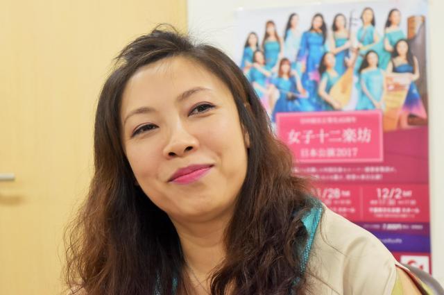 インタビューに応じる女子十二楽坊、団長の石娟(シー・ジュエン)さん