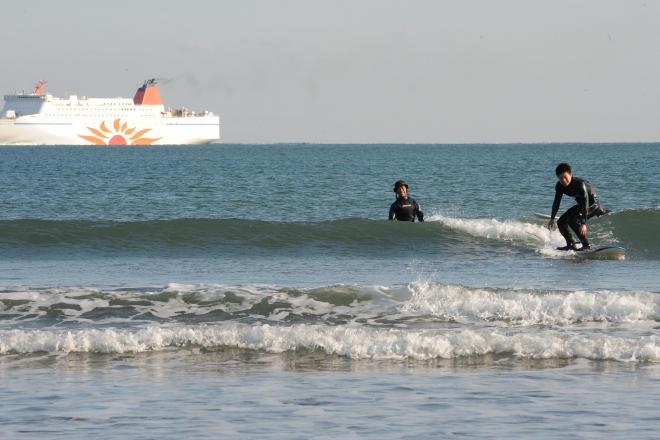 大洗サンビーチでサーフィンをする人たち=2011年12月