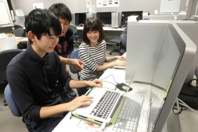 取材した動画の編集をする学生たち=東京都練馬区豊玉上1丁目の武蔵大学