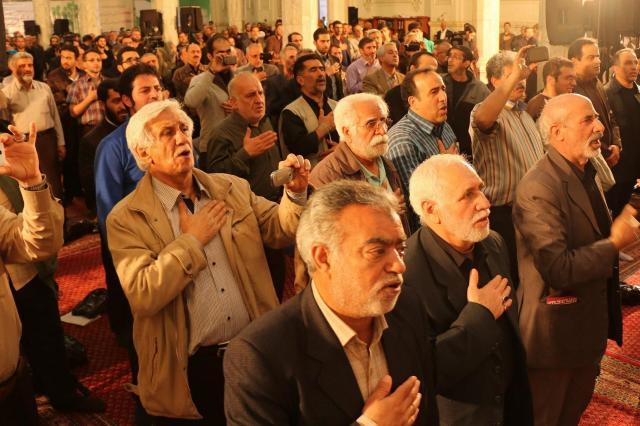 「黄色」陣営の集会にはお年寄りの姿が目立った。集会は神をたたえることから始まる
