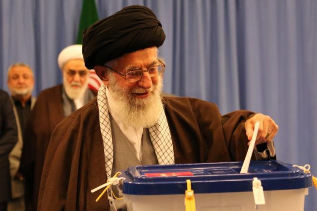 イランの国会議員選挙で投票する最高指導者ハメネイ師=2016年2月26日