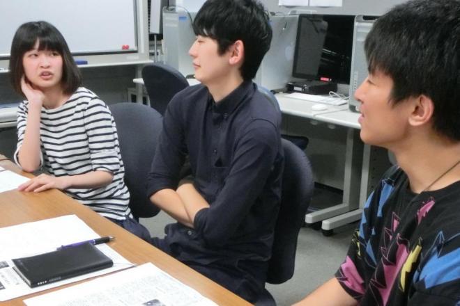 「少子化対策、北朝鮮問題……。どの党でも『やって下さい』というしかない」。政治との距離について意見を交わす武蔵大学社会学部の奥村ゼミの学生たち