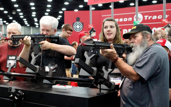2016年にあった全米ライフル協会(NRA)の年次総会で、銃を手にする人たち=2016年5月、アメリカ・ケンタッキー州