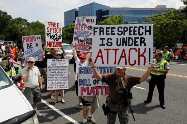 NRA本部の前で、銃を所持する権利を叫ぶ人々。手前の男性は、ライフル銃などで武装している=2017年7月、アメリカ・バージニア州