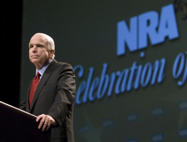 2008年のNRA大会で演説するマケイン上院議員。過去10年間で、NRAから最も多くの献金を受けた議員として知られる。この時は大統領選の候補者だった=2008年5月、アメリカ・ケンタッキー州