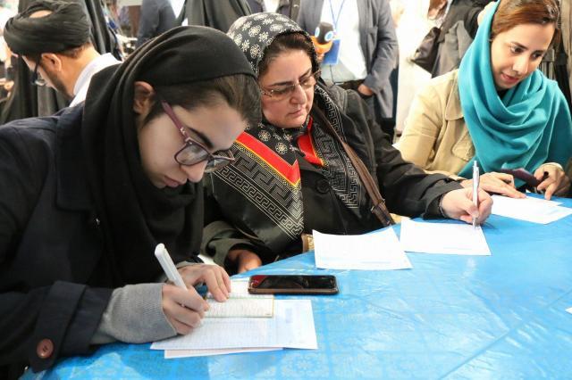 隠す様子もなく、投票用紙に書き込む=2012年2月26日