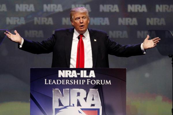 2016年のNRA集会で、演説するトランプ大統領。当時は大統領選の共和党候補者だった=2016年5月、アメリカ・ケンタッキー州