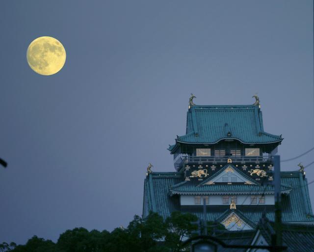 大阪城天守閣の後ろに浮かぶ中秋の名月=2015年9月27日、大阪市中央区、高橋雄大撮影