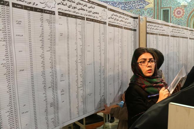 イランの首都テヘランで、国会議員選挙の投票所にずらりと並べられた候補者の名前=2016年2月26日