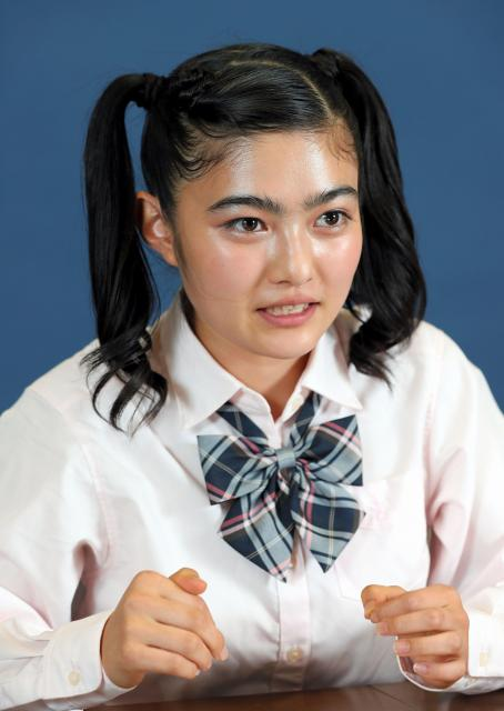 「この仕事をしていなかったら、テレビをみて、『安倍さんと小池さんがバトっている』くらいしか思わなかったかもしれません」と話す井上咲楽さん