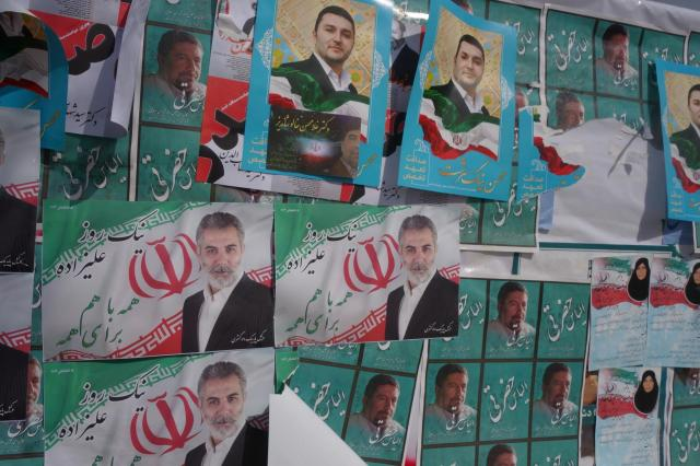 テヘランに設けられた選挙ポスター用の掲示板。上から上から重ね貼りされている