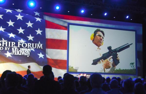 2013年にあった全米ライフル協会(NRA)の年次総会では、テキサス州のリック・ペリー知事が、自らが銃を撃つビデオを上映してから登壇した=2013年5月、アメリカ・テキサス州