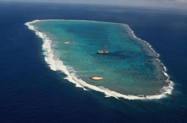1989年に撮影された沖ノ鳥島。珊瑚礁の中に、二つの小島が見える