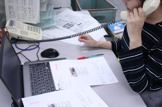 原稿を送ってくる出稿各部とは、ファクスや電話でやりとりします