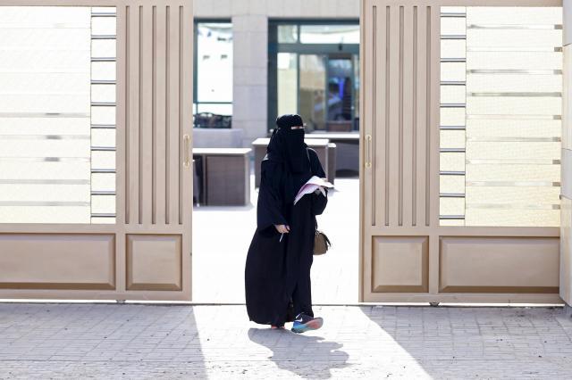 サウジアラビアの首都リヤドで、地方選挙の投票所を出る女性。サウジでは2015年に初めて女性の参政権が認められた=2015年12月12日