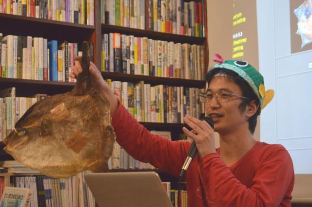 マンボウの「干物」を持つ澤井さん